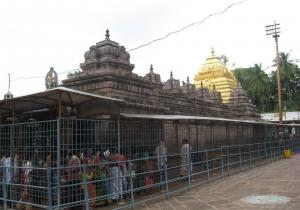 People standing in queue at Sri Mallikarjuna Swamy Temple - Srisailam